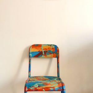 Chaise d'école rouge customisée par Yacine Ouelhadj