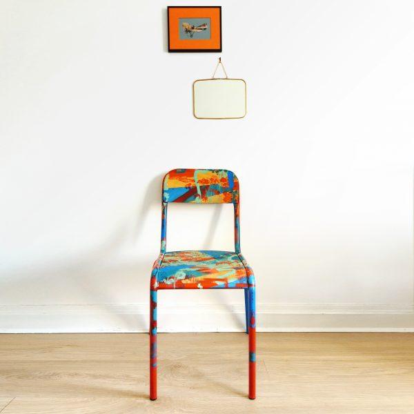 Chaise d'école rouge et bleue relookée en situation_Art4Design_Yacine Ouelhadj